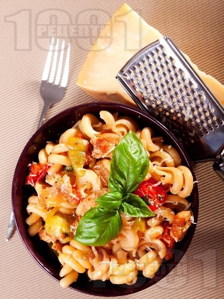 Паста с пиле, чушки, лук, чери домати и босилек - снимка на рецептата
